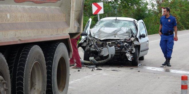 Otomobil hafriyat kamyonuna çarptı