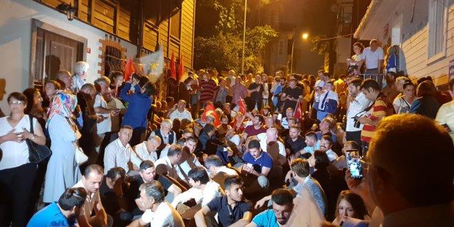 İYİ Partililer Akşener'in evinin önünde toplanıyor