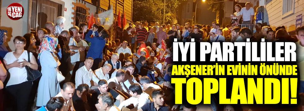 İYİ Partililer Akşener'in evinin önünde toplandı