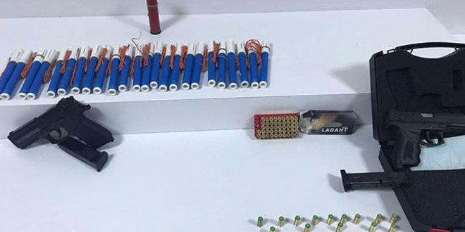 Avcılar'da bir evden 25 dinamit çıktı