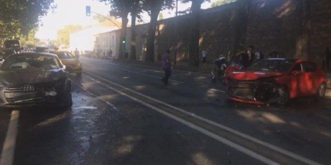 Dolmabahçe'de iki araç kafa kafaya çarpıştı