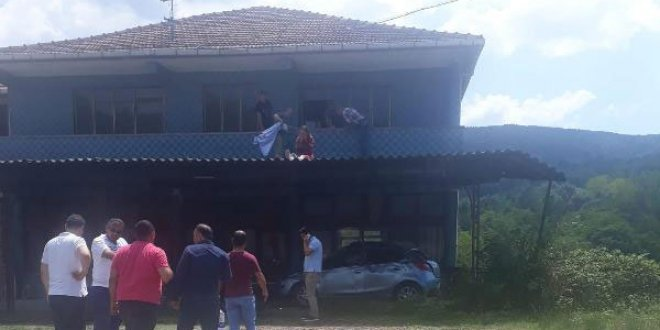 Otomobilden savruldu balkon saçağına uçtu