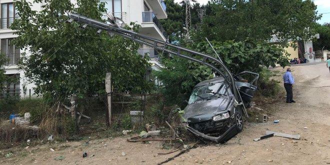 Otomobil, elektrik direğine çarptı