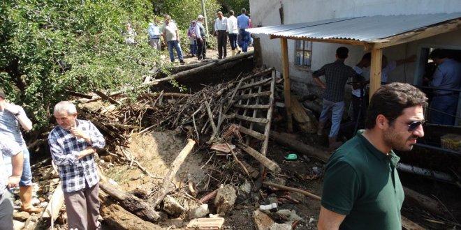 Dere taştı, köydeki evleri su bastı