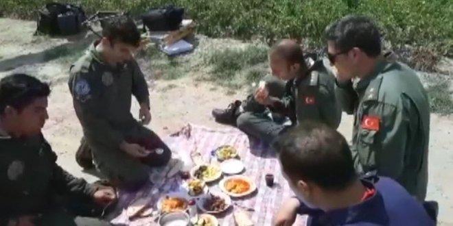 Zorunlu iniş yapan askerler yer sofrasında