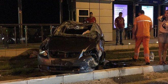 Tramvay durağına giren otomobilin sürücüsü yaralandı