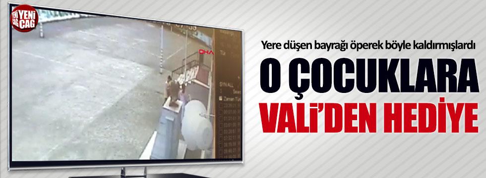 Düşen Türk bayrağını öperek kaldıran çocuklara Vali'den hediye