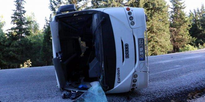 Sürücüsü ehliyetsiz servis midibüsü devrildi