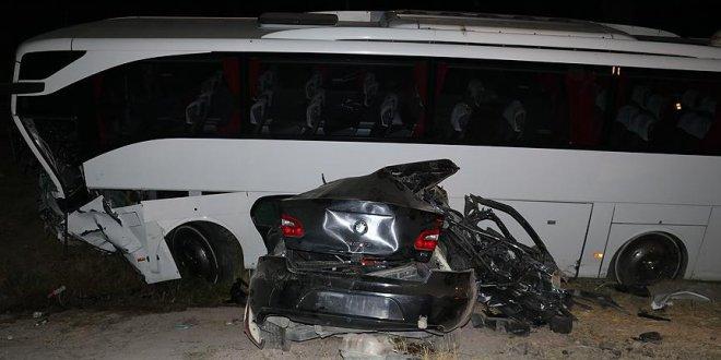 Otobüs ile otomobil çarpıştı: 5 ölü