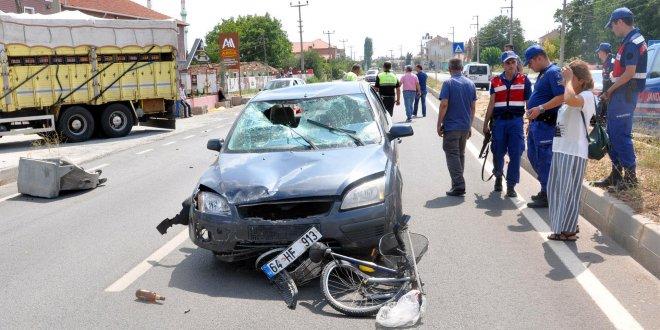 Otomobil bisiklete çarptı: 3 yaralı