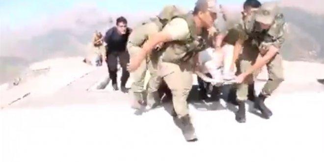 Hakkari'deki kazada yaralananları asker taşıdı