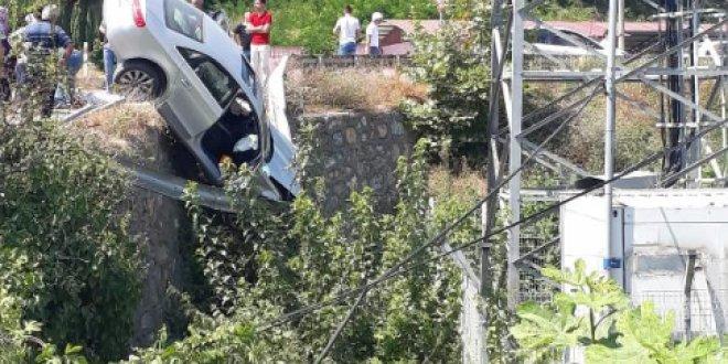 Otomobilin düşmesini bariyer engelledi