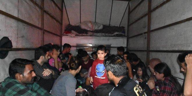 Kamyonet kasasında kaçak mülteciler