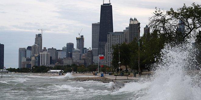ABD'de dev dalgalar bir can aldı