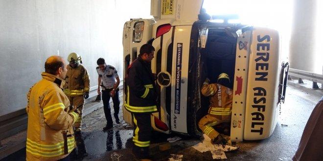 Hafriyat kamyonu devrildi: Trafik kilit