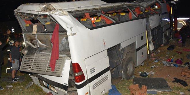 Polis ve mültecileri taşıyan otobüs devrildi