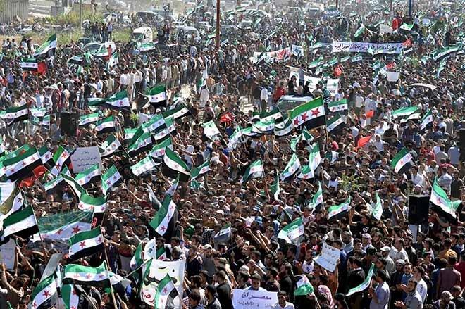 İdlib'de hava saldırılarına protesto
