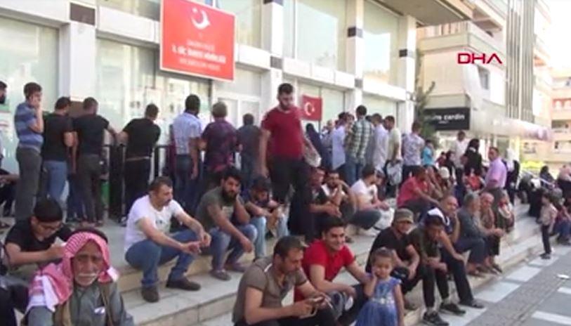Göç İdaresi önünde Suriyeli yoğunluğu