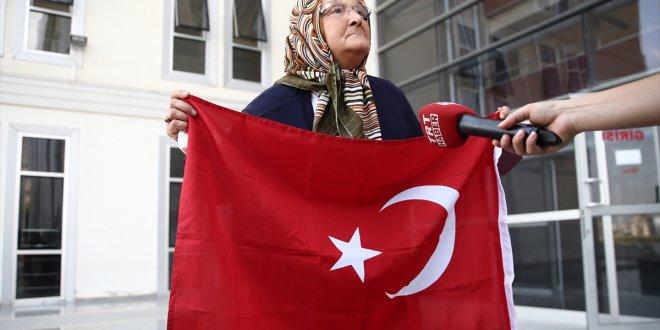 Yaşlı teyzeden hainlere Türk bayraklı tepki!