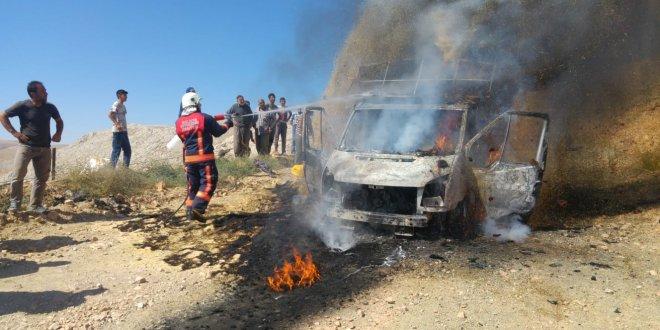 Malatya'da saman yüklü kamyonet yandı