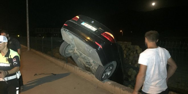 Otomobil odun deposuna düştü