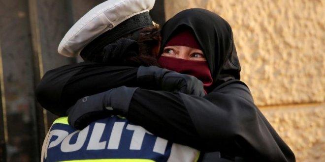 Peçeli eylemciye sarılan polise soruşturma