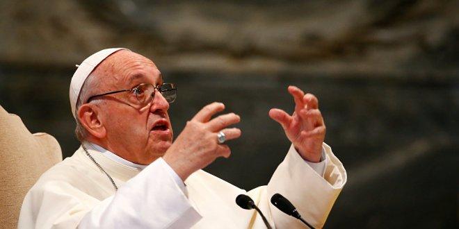 Papa, o papazı meslekten men etti