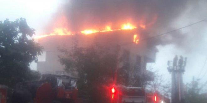 Beykoz'da apartmana yıldırım düştü