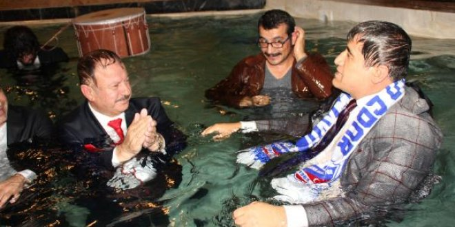 Başkan havuza takım elbiseyle girdi
