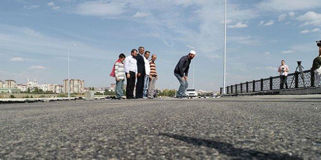 Yeni yapılan köprü için namaz kılıp kurban kestiler