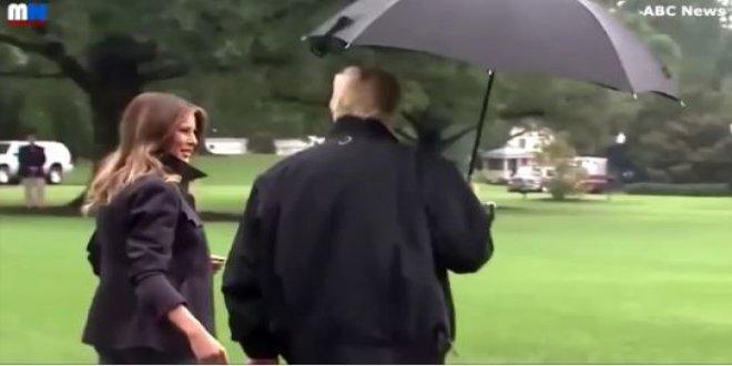 Trump, eşi Melanie Trump'ı şemsiyesinin altına almadı
