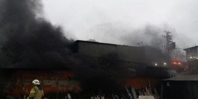 Sultangazi'de fabrika yandı