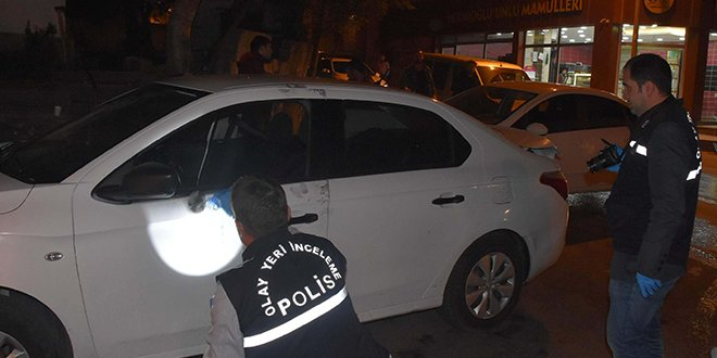 Hırsızlar kaçarken polis aracına çarptı