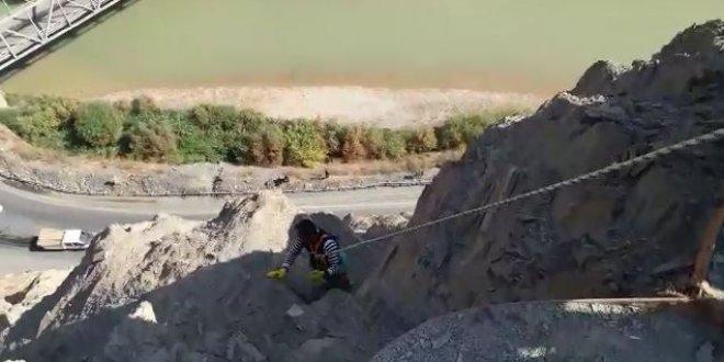 Hakkari'de dağda mahsur kalan köpek kurtarıldı