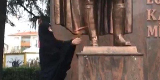Atatürk Anıtı'na balta ile saldırı!