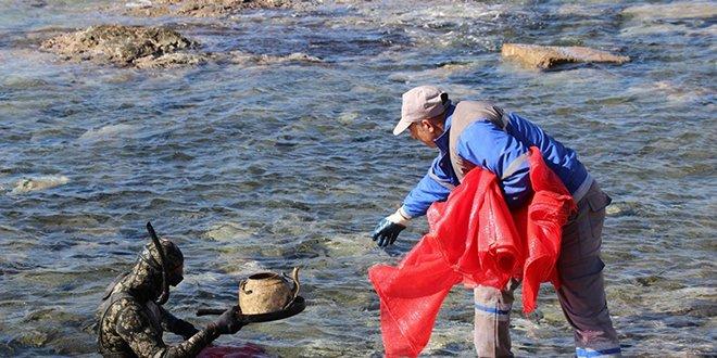 Denizden yüzlerce kilo atık çıkarıldı