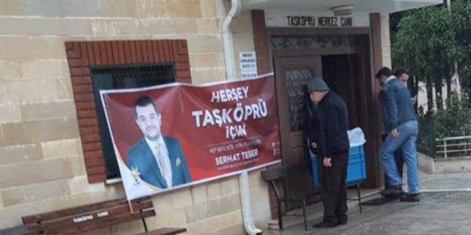 AKP'li aday cami girişine propaganda afişi astırdı!