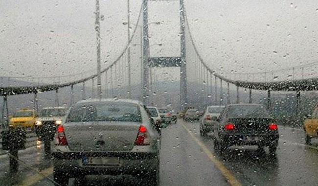 İstanbul'daki yağış trafiği kilitledi