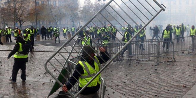Fransa'da gergin Cumartesi! Mağaza vitrinleri metal plakalarla kapatıldı!