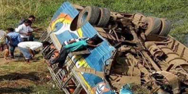 Hindistan'da otobüs uçuruma yuvarlandı :11 ölü