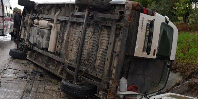 Adana'da rehabilitasyon servisi kaza yaptı :6 yaralı