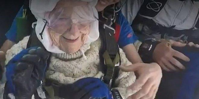102 yaşındaki kadın paraşütle atladı