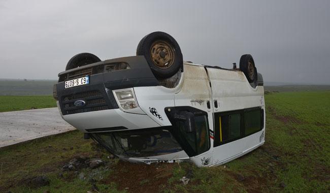 Öğretmenleri taşıyan minibüs devrildi: 13 yaralı