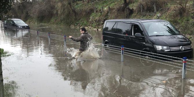 Florya'da yol göle döndü araçlar mahsur kaldı