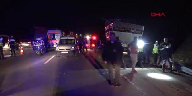 Yük taşıyan kamyon, polis arabasına çarptı