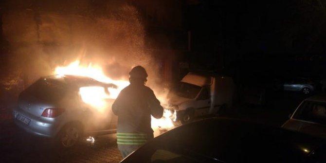 Bahçelievler'de park halindeki otomobil yandı!