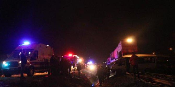 Tren iş makinasına çarptı: 1 ölü