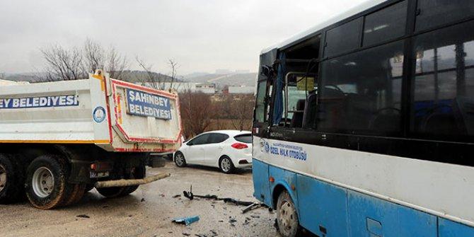Özel halk otobüsü kamyona çarptı: 5 yaralı