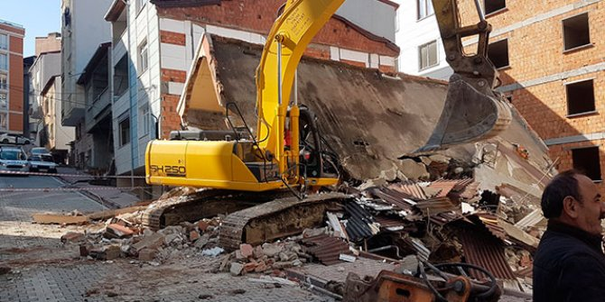 İş makinesinin üzerine yıkımını yaptığı bina çöktü