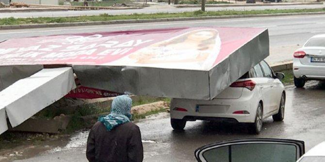 Reklam tabelası, fırtınada otomobilin üzerine devrildi